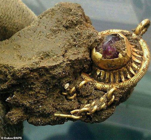 Hallado broche de oro con un detector de metales
